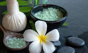 白色鲜花与热石浴盐等物品五百万彩票图片
