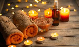 浴盐毛巾与亮着的蜡烛摄影五百万彩票图片