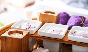 浴盐蜡烛与紫色的毛巾摄影五百万彩票图片