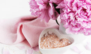 粉色鲜花与毛巾浴盐等摄影五百万彩票图片