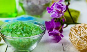 紫色花朵与绿色的浴盐摄影五百万彩票图片