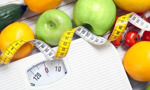 体重秤与水果软尺特写摄影高清图片