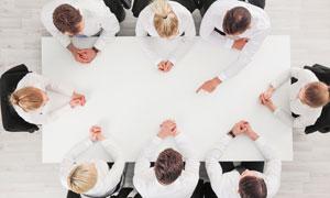 围坐会议桌开会的男女摄影高清图片