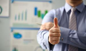 统计图表与人物大拇指特写高清图片