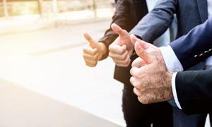 站在一起竖起大拇指的人物高清图片