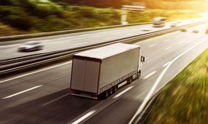 路面上疾驰的货运车辆摄影 澳门线上必赢赌场