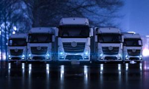 亮着灯准备就绪的货车摄影高清图片