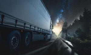夜晚行驶在路上的货车摄影高清图片