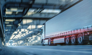 公路上的物流运输货车摄影 澳门线上必赢赌场