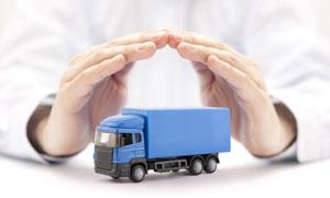 双手呵护下的蓝色货车摄影高清图片