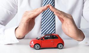人物手势下的红色汽车模型高清图片