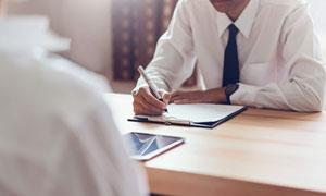 在写着什么的商务人物摄影高清图片