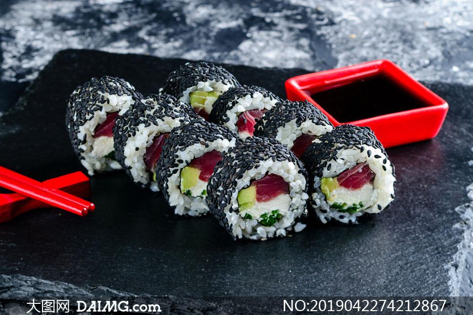 表面裹了黑芝麻的美味寿司高清图片
