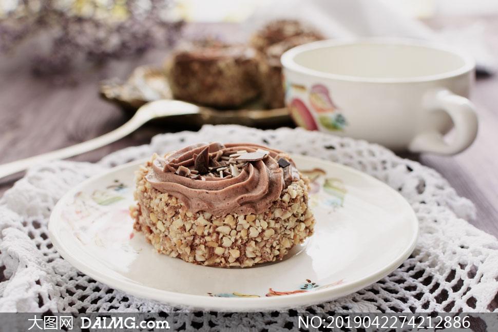 表面裹了果仁的小蛋糕摄影高清图片