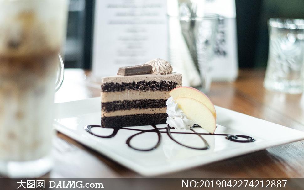 盘子里的一块奶油蛋糕摄影高清图片