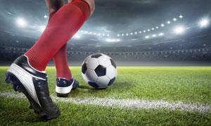 准备开球的足球运动员腿部特写图片