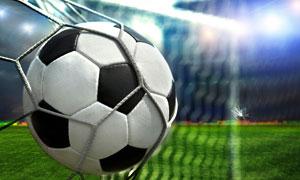 踢射進球網的足球特寫攝影高清圖片