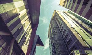 蓝天白云与城市建筑群仰拍摄影图片