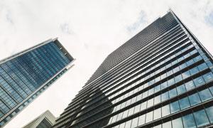 映衬出天空白云的建筑幕墙高清图片