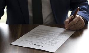 用左手在合同上签字的人物高清图片