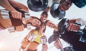 头挨着头的健身男女们摄影高清图片