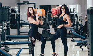 两个做负重力量训练的美女高清图片