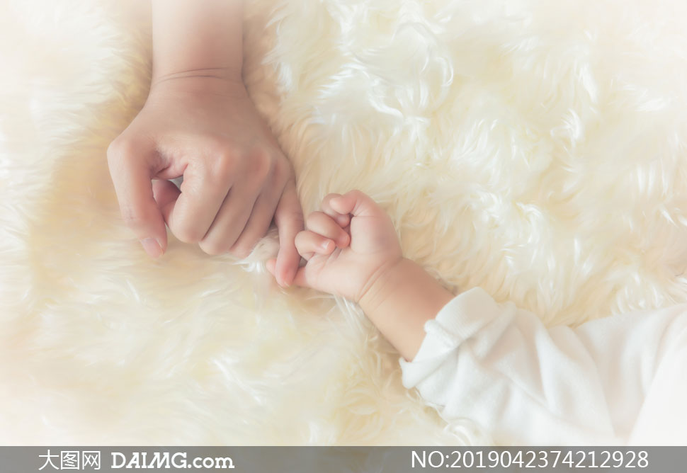 与妈妈达成约定的宝贝摄影高清图片