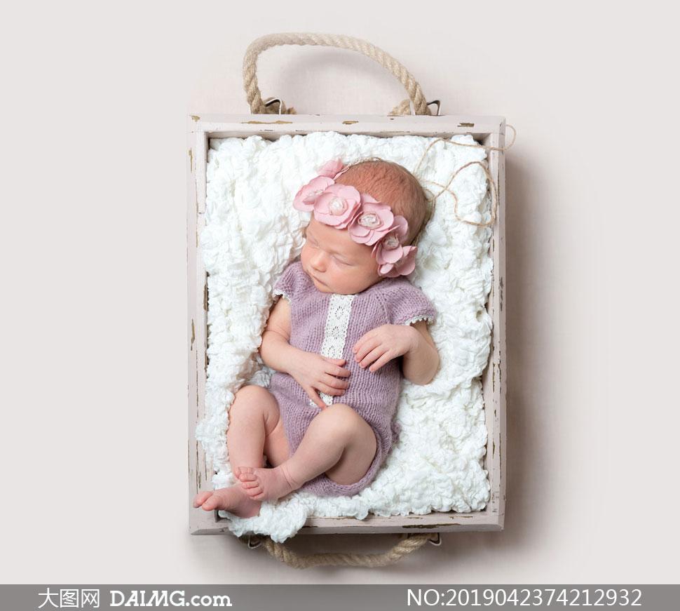 身穿针织连体衣的可爱宝宝高清图片