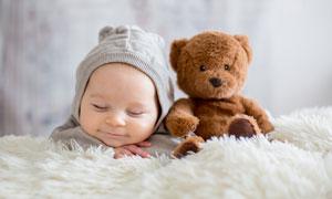 旁边放着玩具熊的宝宝摄影高清图片