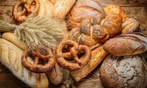 桌上的麦穗与面包特写摄影高清图片
