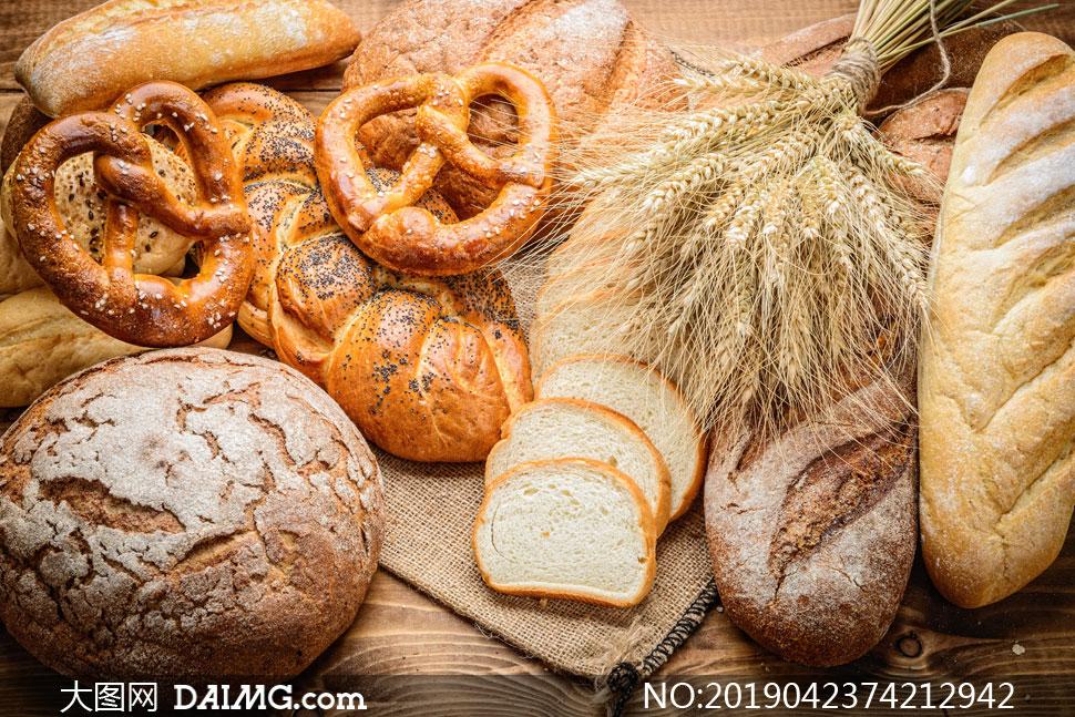 小麦穗与不同种类面点摄影高清图片