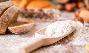 面粉与切开的面包特写摄影高清图片