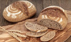麦穗与切开的面包特写摄影高清图片