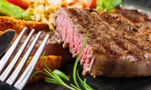 叉子与鲜嫩多汁的牛排摄影高清图片