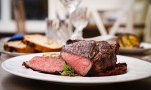 盘子里的烤肉与面包等特写高清图片