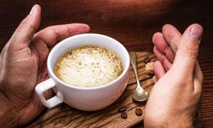 被双手的呵护咖啡特写摄影高清图片