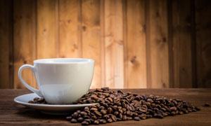 桌面上的杯子与咖啡豆摄影高清图片