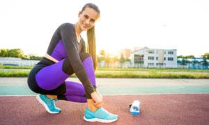 操场跑道上的运动美女摄影高清图片