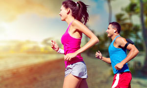 在户外跑步健身的男女摄影高清图片