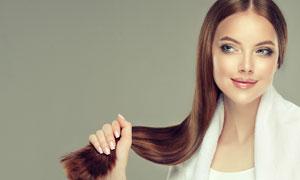 手抓着秀发的美女人物摄影高清图片