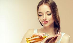 涂护发精油的长发美女摄影高清图片