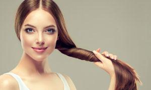 白色背心长发美女人物摄影高清图片