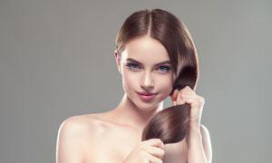 手抓着弹韧秀发的美女摄影高清图片