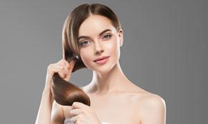 紧攥着秀发的美女人物摄影高清图片