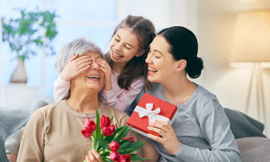 欲给老人家惊喜礼物的小辈高清图片
