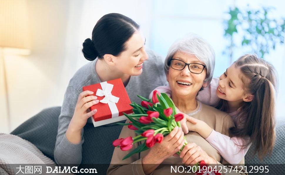 收到鲜花与礼物的老人摄影高清图片