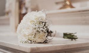 桌上的白玫瑰花束特写摄影高清图片