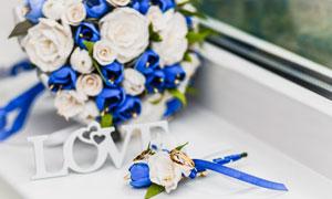 金戒指与玫瑰花束特写摄影高清图片