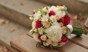 条凳上的玫瑰捧花特写摄影高清图片