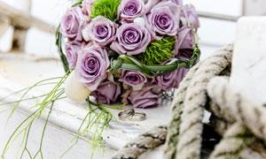 婚庆戒指与紫色的花束摄影高清图片